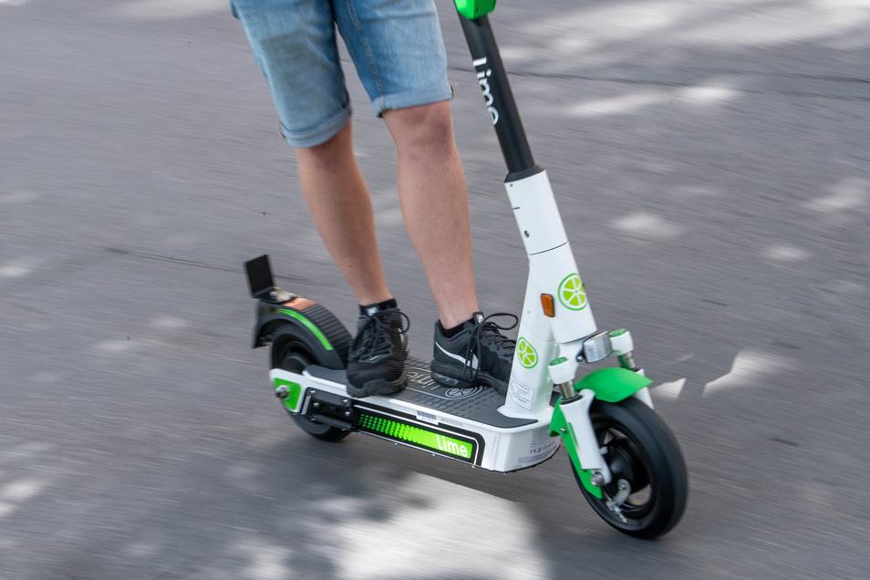 In der Dresdner Neustadt ist ein E-Scooter-Fahrer von einem Auto erfasst worden.
