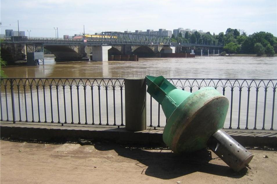 Eine Elbboje liegt als skurrile Skulptur auf der Terrasse an der Albertbrücke.