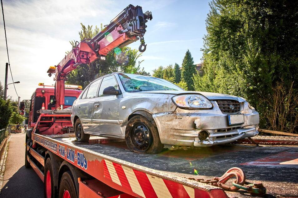 Das Fahrzeug musste per Kran aus dem Bachbett geborgen werden.