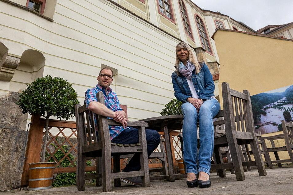 Auf Weesensteins Schlossterrasse können ab Freitag Gäste wieder Platz nehmen und werden von Andreas und Jacqueline Köhler bedient.