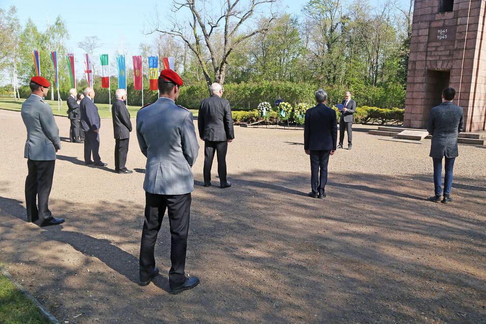 Die wenigen Gäste der kleinen Gedenkfeier hielten sich an die vorgeschriebene Zwei-Meter-Abstandsregel.