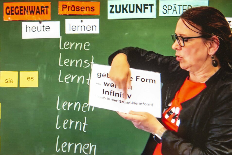 """Ines """"Kutzi"""" Kutzner stellt für ihre Grundschüler kleine Videos für den Heimunterricht zur Verfügung. Geklickt werden sie weltweit. Dabei ist sie an ihrer Schule die dienstälteste Kollegin."""