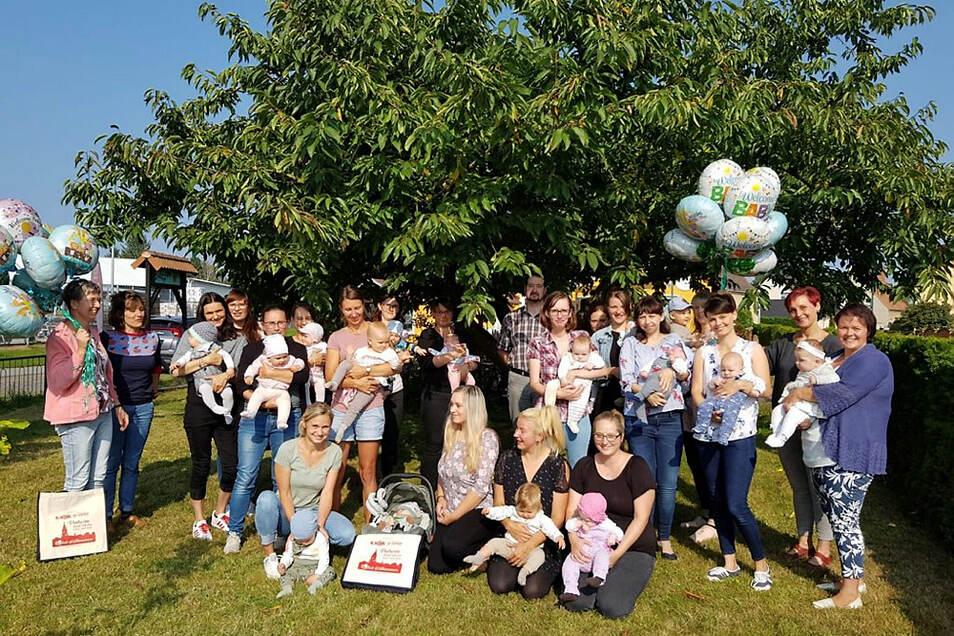 Am 8. September fand im Café Schwupp die jüngste Baby-Begrüßung statt. Regelmäßig lädt der Wittichenauer Geschäftekreis seit 2019 dazu ein. Die Stadt unterstützt mit der Bereitstellung von Kaffee und Kuchen. Am Ende gab es ein Erinnerungsfoto.