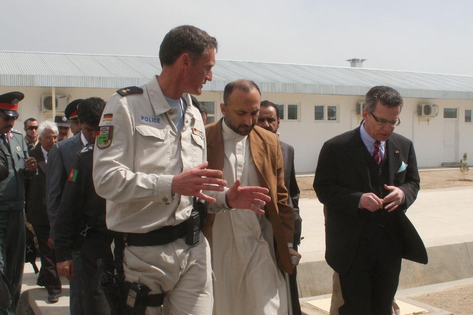 Hier empfängt Sven Mewes den damaligen Innenminister Thomas de Maizière in Kundus im Ausbildungslager.