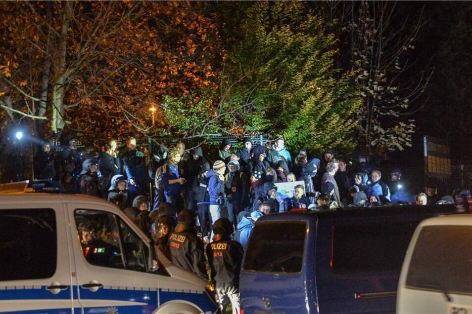 Nach Polizeiangaben waren rund 450 Rechtsextremisten am Abend durch die Stadt gezogen.