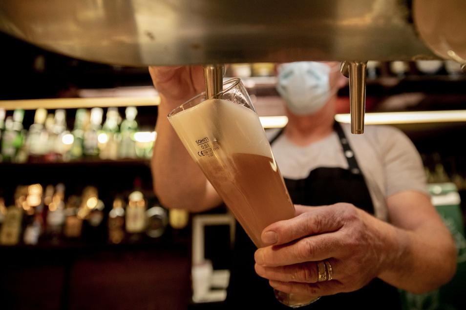 """Eins der letzten frisch gezapften Biere: Im Rödertal schließen die Gastwirte ab Montag ihre Restaurants. Martin Kroitzsch vom """"Pilsfass"""" in Radeberg will einen Lieferservice anbieten."""