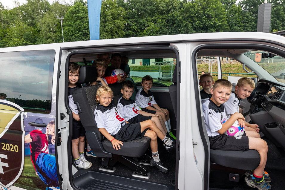 Da geht auch mal eine Jugendmannschaft rein, zumindest fürs Foto: Der SC Freital hat zwei solcher Kleinbusse bekommen.