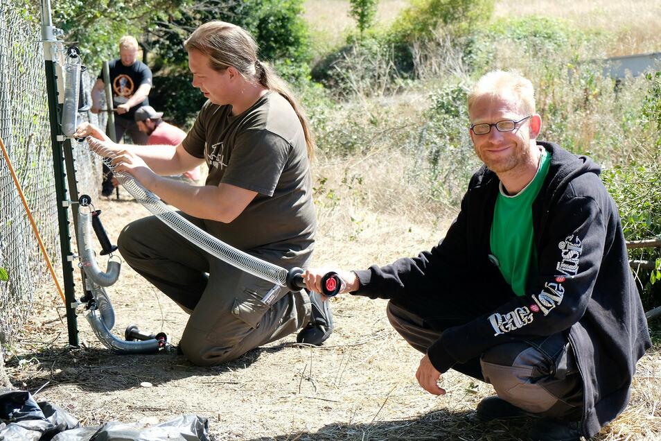 Sven Näther (rechts), Gerald Labitzke und weitere Helfer bauen den Wolfsschutzzaun auf.