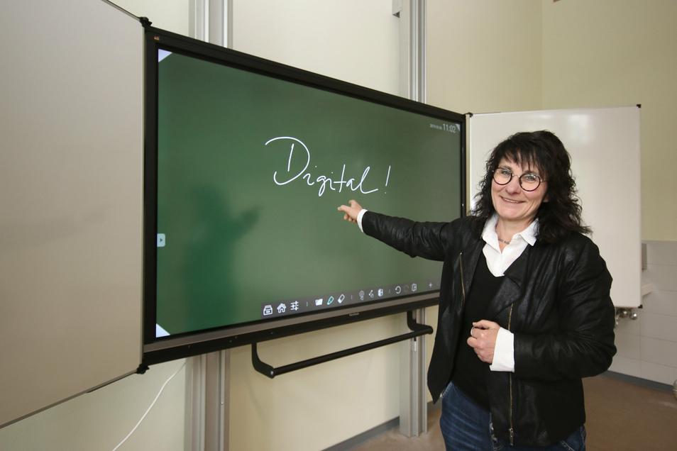 Die Pestalozzi-Oberschule verfügt schon über einige interaktive Tafeln. Die ehemalige Schulleiterin Kerstin Wilde zeigt die neue Tafel im Physikkabinett.