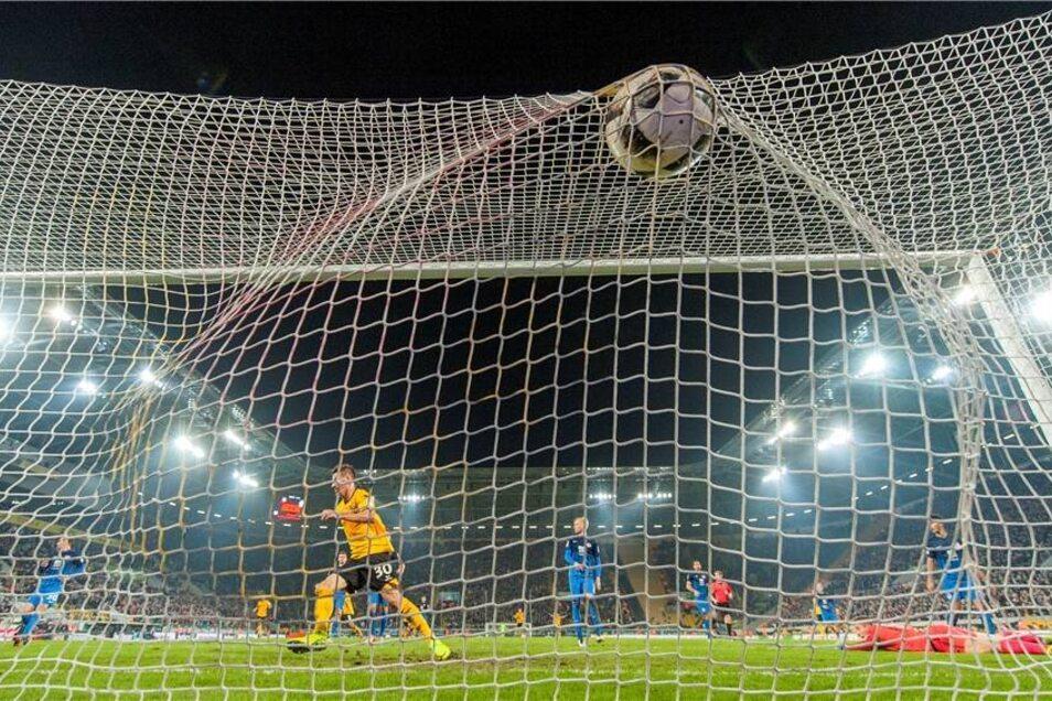 Auch in der ersten Zweitligasaison unter Neuhaus bewies Dynamo Comeback-Qualitäten. Gegen Eintracht Braunschweig lag die Truppe um Stefan Kutschke schon aussichtslos mit 0:2 zurück. Doch dem Stürmer gelang innerhalb von zwölf Minuten (69. bis 81.) ein siegbringender Hattrick zum 3:2.