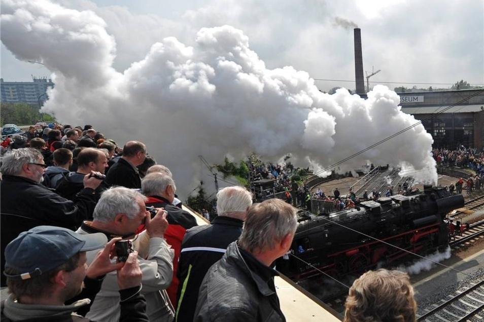 Rauch, Dampf und zahlreiche Zuschauer bestimmten am Sonnabend das 6. Dresdner Dampfloktreffen auf dem Gelände des Eisenbahnmuseums.