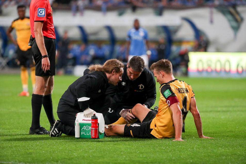 Behandlung auf dem Rasen in Rostock, jetzt steht fest: Dynamos Tim Knipping fällt lange aus.