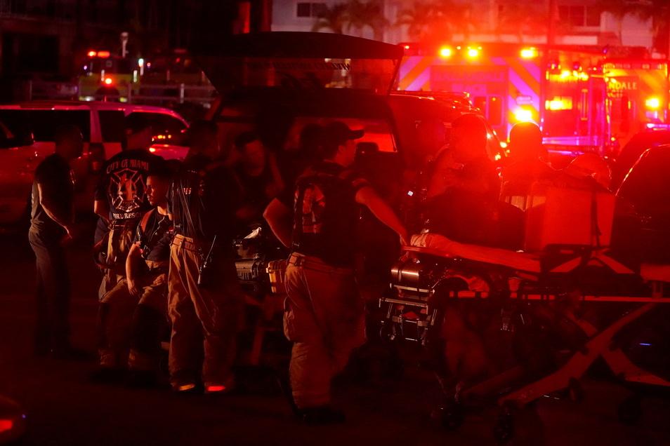 Es seien mehr als 80 Einheiten im Einsatz, teilte die Feuerwehr mit.