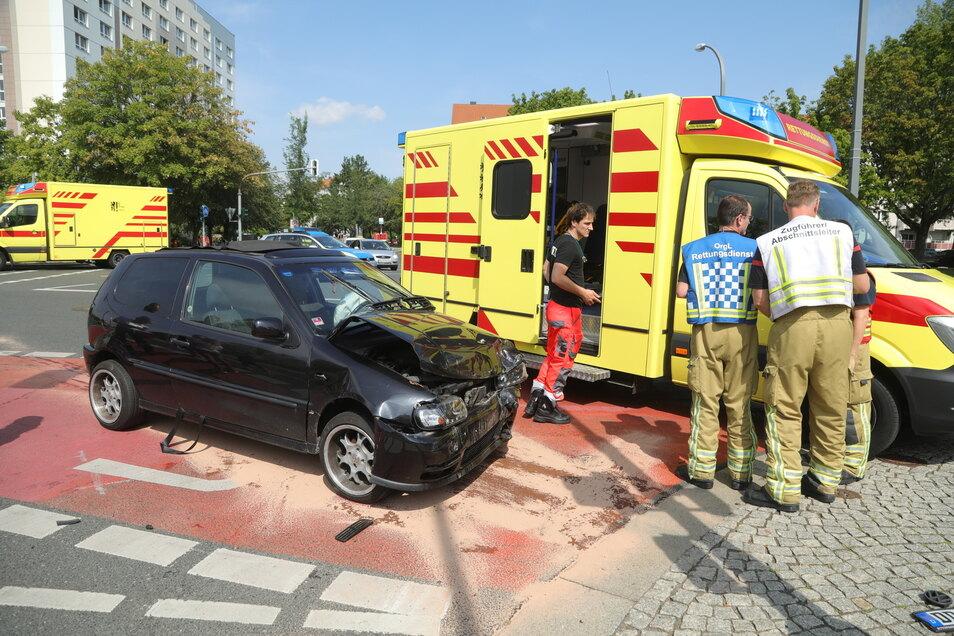 Bei dem Zusammenstoß sollen mindestens drei Menschen verletzt worden sein.