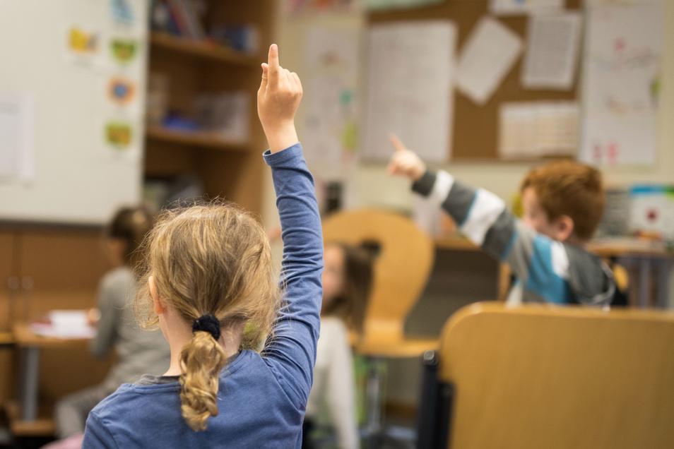 Hunderte Grundschüler kamen am Montagmorgen wieder in ihre Klassen. Nach Angaben der Schulleiter waren Lehrer, Eltern und Kinder gut vorbereitet. Alles lief diszipliniert und gut organisiert ab.