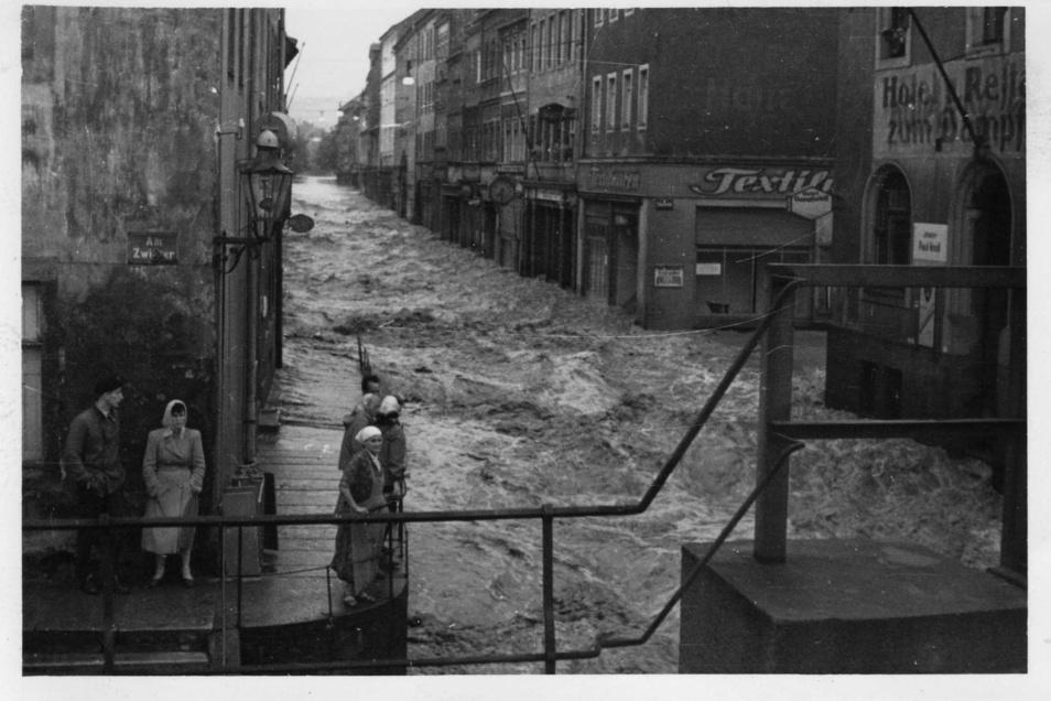 Gottleuba-Hochwasser 1957: Die Wassermassen bahnen sich ihren Weg durch die Dohnaische Straße und zerstören die Eisenbahnbrücke.