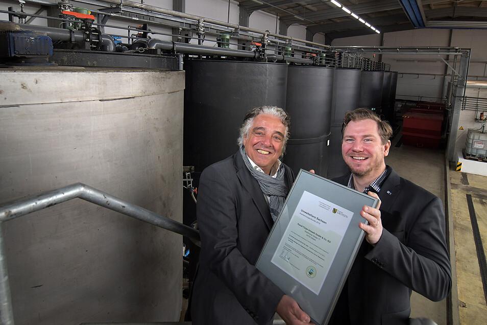 Christian Gil (links), Prokurist der Firma Kanal Türpe, steht mit Christoph Neuberg von der IHK Chemnitz in der Halle, in der die Firma in ihrer chemisch-physikalischen Behandlungsanlage flüssige Sonderabfälle aufbereitet.