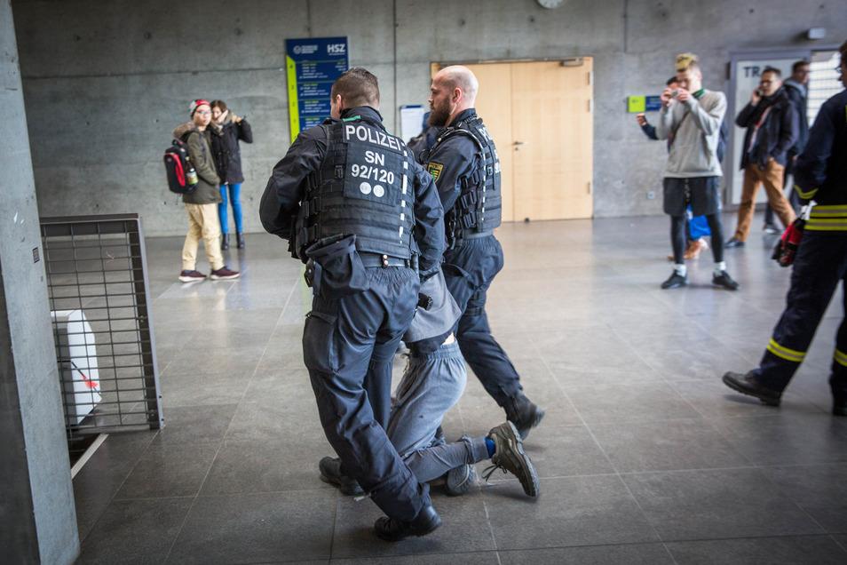 Solche drastischen Bilder will wohl keiner gern wieder auf dem TU-Campus sehen: Am Donnerstag mussten Polizisten einen Blockierer aus dem Hörsaalzentrum an der Bergstraße tragen. Die Räumung finden viele richtig.