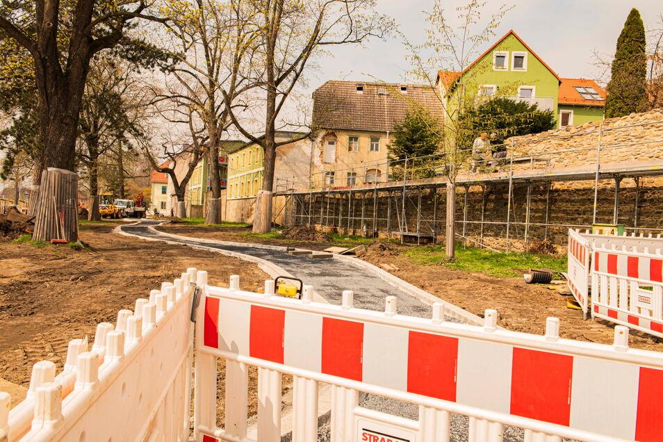 Noch bis spätestens 20. Mai wird an der Wallanlage Weberallee / Dresdner Straße der Fußweg neu gebaut.