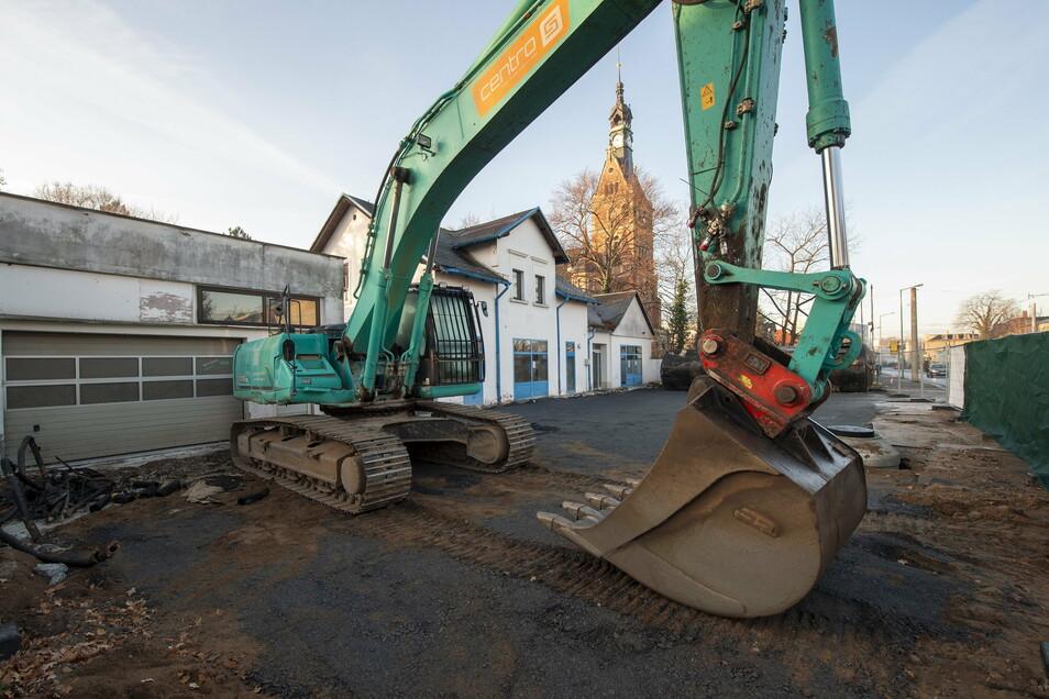 In Radebeul-Ost hat die Stadt das Grundstück der ehemaligen Araltankstelle gekauft. Es soll für den Neubau im Karl-May-Museums-Areal vorgehalten werden. Die Abrissarbeiten werden noch fortgesetzt.