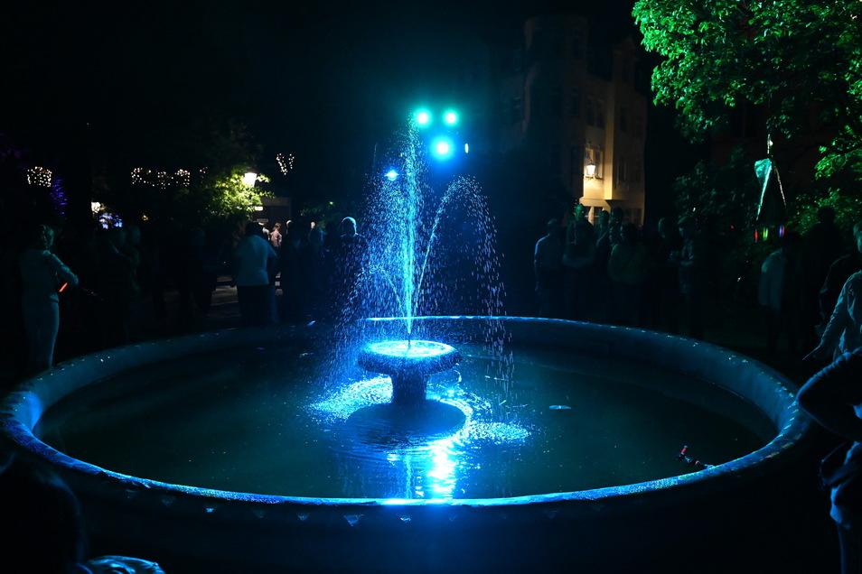 Mehrere Springbrunnen waren in buntes Licht getaucht.
