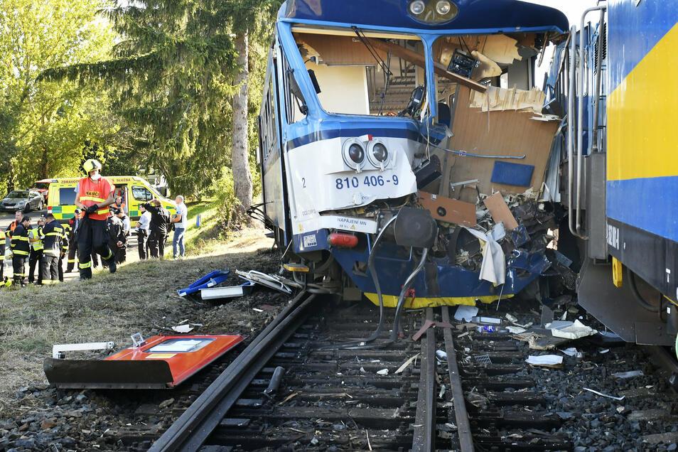 Ein zerstörter Waggon steht auf den Gleisen. Die Feuerwehrkräfte mussten die Verletzten aus den Zügen befreien.