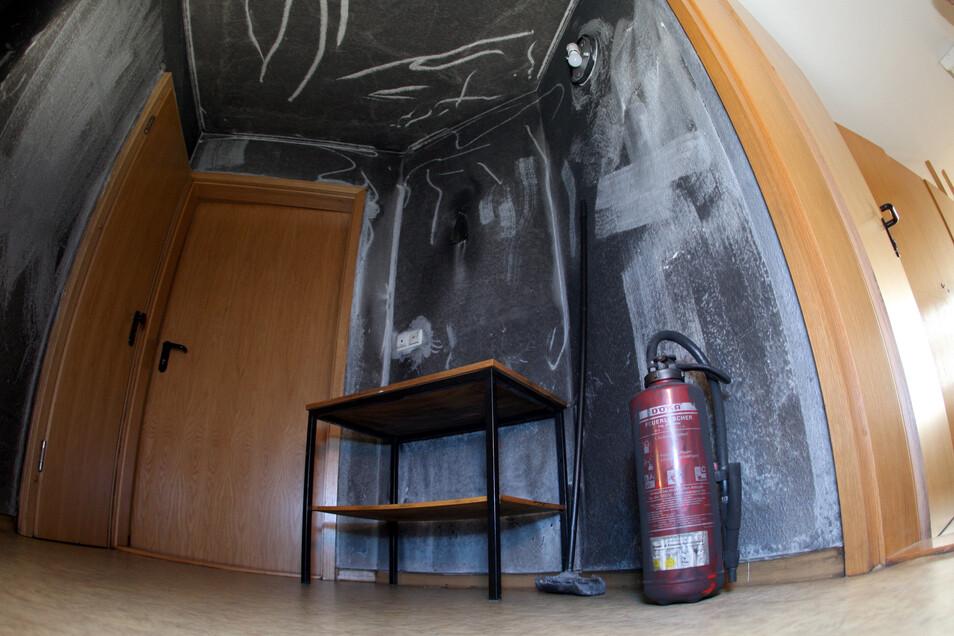 Rußgeschwärzte Wände zeugen von dem letzten Brand in einem Pirnaer Obdachlosenwohnheim am 8. Dezember vergangenen Jahres. Ein 42-jähriger Bewohner steht seit Juli wegen schwerer Brandstiftung vor dem Landgericht Dresden.