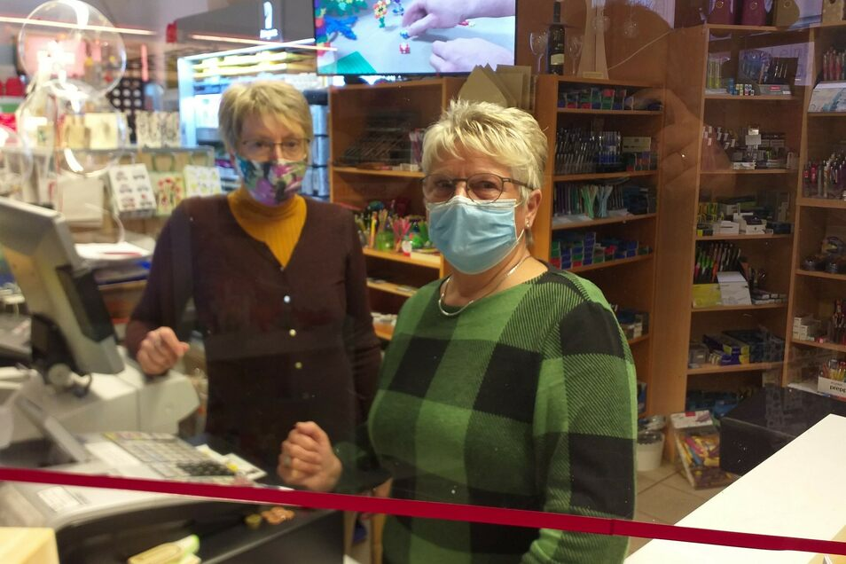 Auch Dörte Wagner (rechts) weist ihre Kunden darauf hin, Maske zu tragen. Sie hat auch schon Kunden des Ladens verwiesen, weil sie keinen Mundschutz tragen wollten.