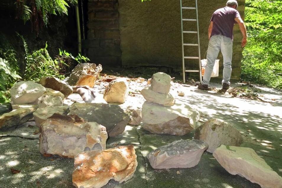Wirt und Betreiber Uwe Knaak beim Bräumen der Felsen.