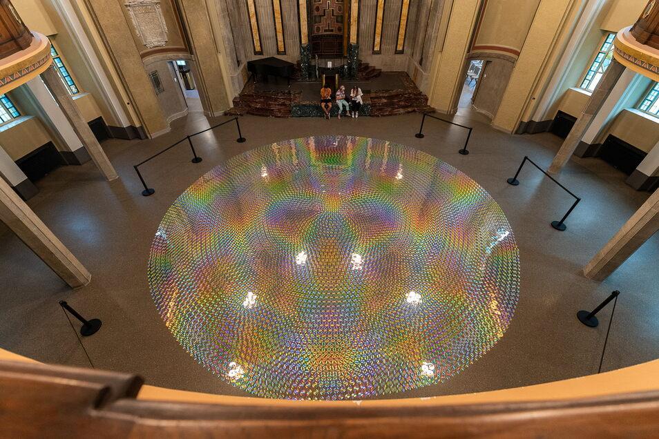 """Die Kunstausstellung """"schoener_schein"""" von Detlef Schweiger ist aktuell in der Synagoge zu sehen - Hunderte CDs sorgen für beeindruckende Effekte. Allerdings hätte sich Michael Guggenheimer eine Erklärung des Projekts gewünscht."""