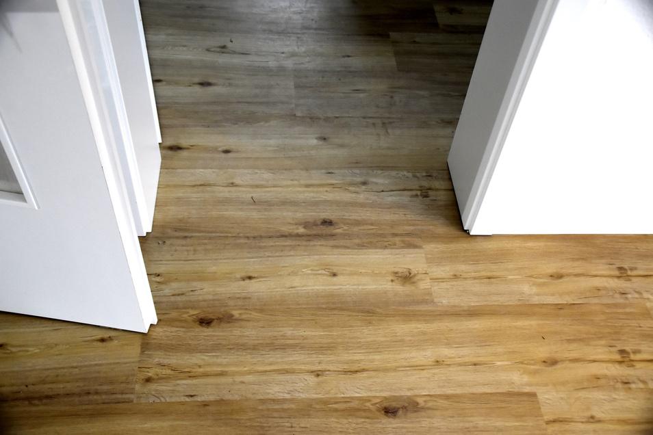 In den Wohnungen wird sogenannter Design-Fußboden in Holzoptik verlegt. Das Material aus PVC soll sehr beständig sein und ist leicht auszutauschen.