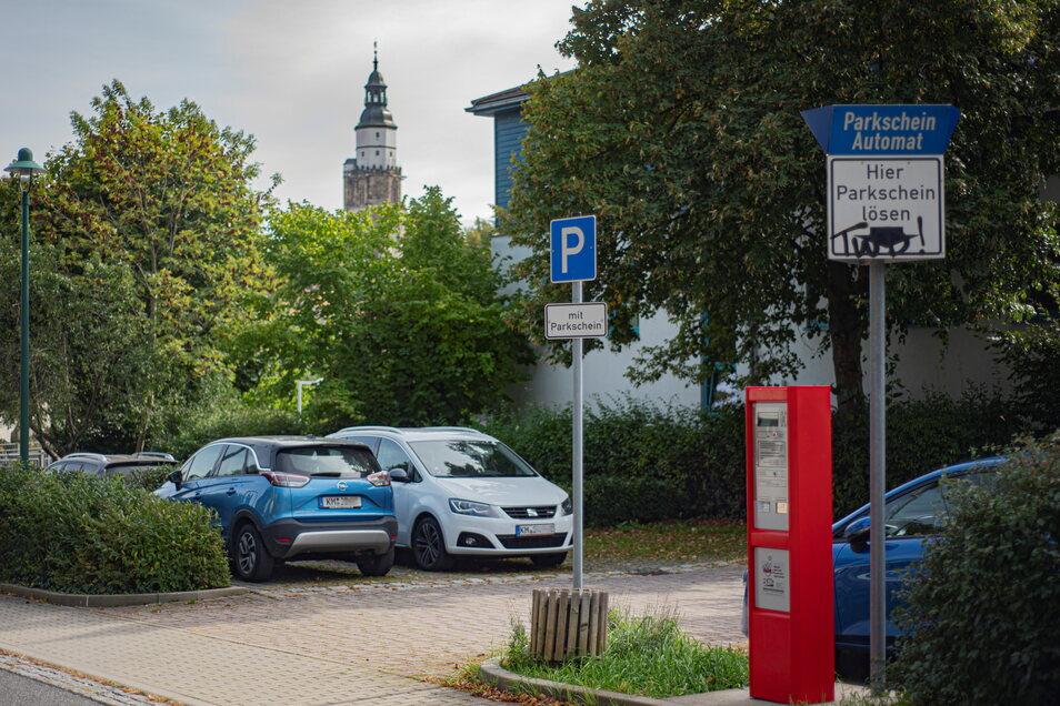 Mit dem Auto zur Arbeit und dann? Während etliche Unternehmen kostenlose Parkplätze anbieten, muss anderenorts gezahlt werden. Beschäftigte der Kamenzer Stadtverwaltung zum Beispiel können auf den Parkflächen am Damm vergünstigt parken.