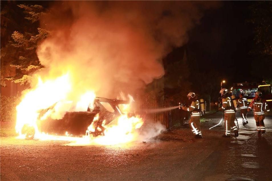 Gegen 0.55 Uhr wurde am Valeria-Kratina-Weg unweit des Festspielhauses Hellerau das nächste brennende Auto gemeldet - ein Mercedes-Benz GLE.