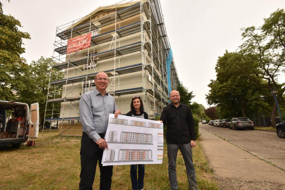 WH-Geschäftsführer Steffen Markgraf, Büroleiterin Petra Scholz und Torsten Gumpert vom gleichnamigen Bauplanungsbüro vor der Bautzener Allee 77-81 mit dem Farbkonzept für die Fassade.