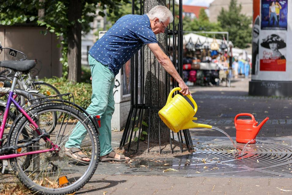 Uwe Buckendahl gießt in Leipzig einen Straßenbaum