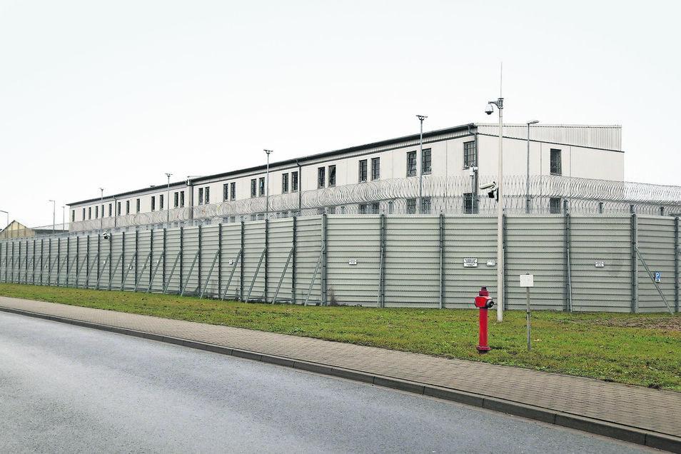 Die JVA Zeithain wird von hohen Zäunen und Stacheldraht geschützt. Doch wie sieht es hinter den Mauern aus? Das wollen Politiker immer wieder wissen – und stellen im sächsischen Landtag sogenannte Kleine Anfragen.
