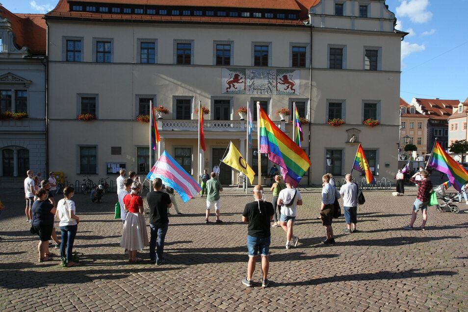 CSD-Verein mit Regenbogenfahnen vor dem Pirnaer Rathaus: Zeichen für Toleranz und friedliches Miteinander.