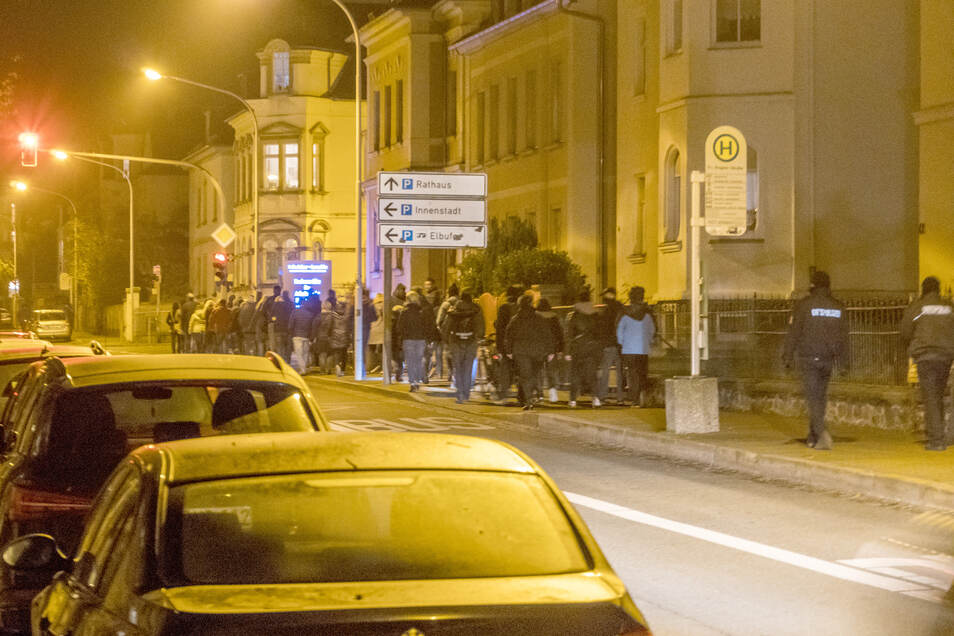 """Der Zug von etwa 70 Menschen auf dem Rückweg vom Puschkinplatz an der Engelsstraße. Mehrfach riefen die Teilnehmer """"Frieden, Freiheit, keine Diktatur""""."""