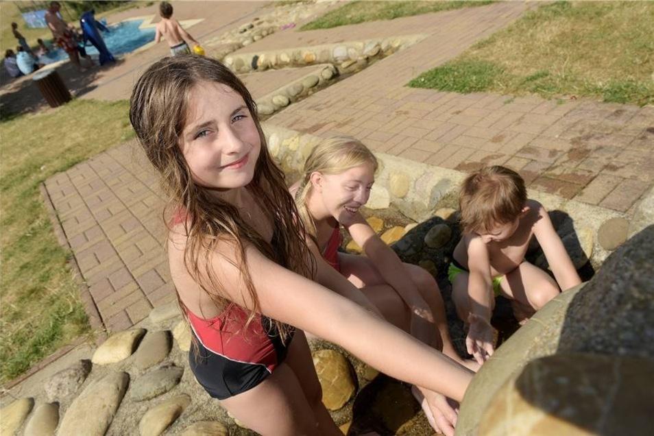 Nicht nur im Wasser können die Gäste in Leisnig Spaß haben. Auch sonst bietet das Freibadgelände viel Abwechslung. So können sich die Gäste zum Beispiel beim Tischtennis- und Volleyball spielen die Zeit vertreiben. Die nötigen Schläger und Bälle lassen sich ganz einfach gegen eine kleine Gebühr beim Badpersonal ausleihen. Bei Kindern ist der Spielplatz mit Rutsche, Schaukel, Wippe, Klettergerüst und einer Röhre zum Hindurchklettern sehr beliebt. Auch das Kinderbecken bietet unterschiedliche Spielmöglichkeiten. An einem kleinen, künstlichen Bachlauf können Kinder zum Beispiel kleine Stauseen bauen oder einfach nur herumtoben.