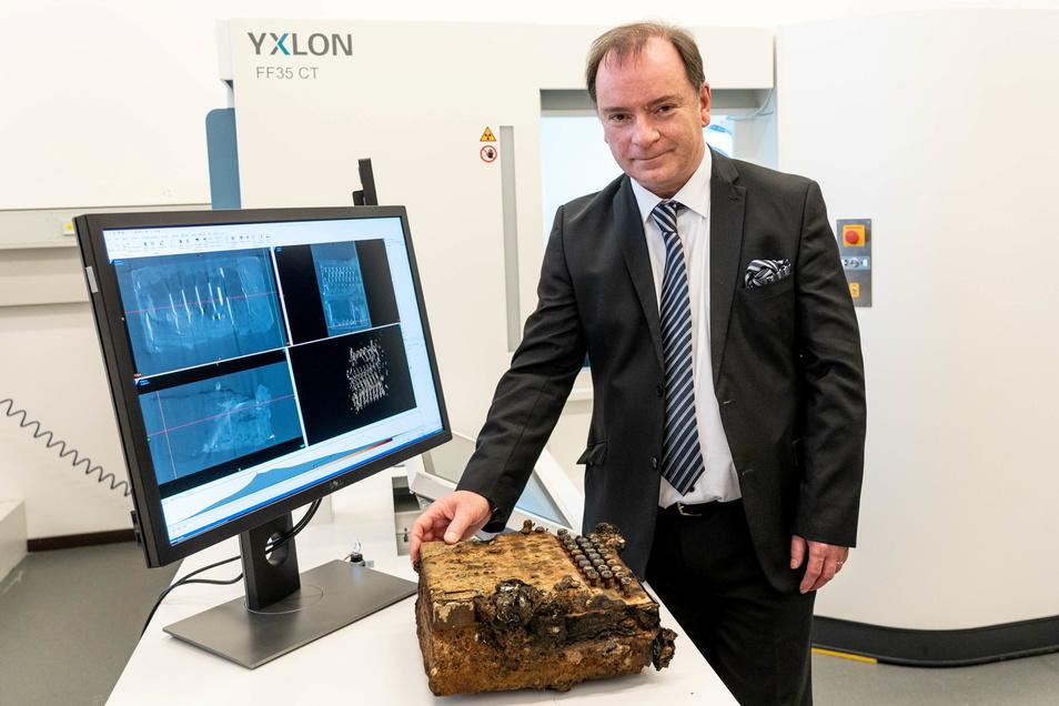 Thorsten Buzug, geschäftsführender Direktor der Fraunhofer-Einrichtung für individualisierte und zellbasierte Medizintechnik (IMTE), zeigt die Enigma-Verschlüsselungsmaschine.