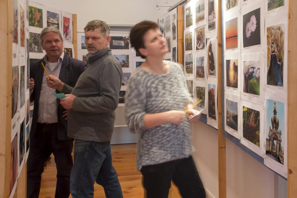 Im historischen Rathaus wurden  über 300 Fotos gezeigt. Organisiert wurde die Schau vom Fototreff Wilsdruff, links im Bild Hauptorganisator Matthias Schlönvogt.