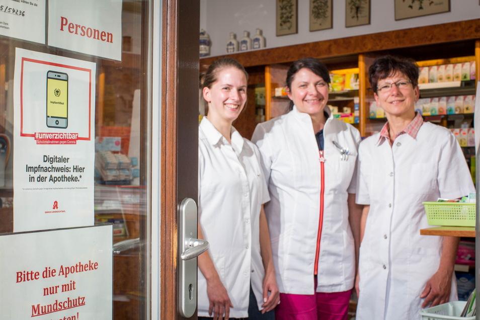 Hier gibt es den digitalen Impfnachweis: In der Hirsch-Apotheke in Ottendorf-Okrilla stellen Melanie Scholz, Maren Silbermann und Sabine Ziller (v.l.) das Zertifikat aus.