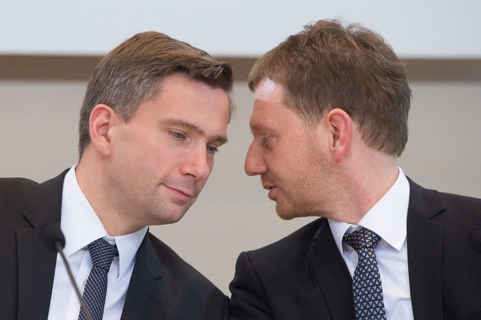 Vize-Ministerpräsident Martin Dulig (SPD - l), und der damals designierte sächsische Ministerpräsident und Landesvorsitzende der CDU Sachsen, Michael Kretschmer, sitzen am 11.12.2017 im Sächsischen Landtag zusammen.
