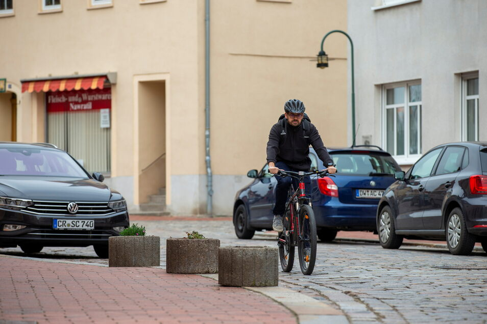 Ronny Haupt fährt mit dem Rad auf der Dresdner Straße in Wilsdruff. Er beklagt, dass es in der Stadt keine oder nur wenige Radwege gibt.