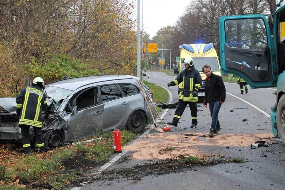 Warum der Opel Astra von der Spur abkam, ist noch unklar. Bei dem Unfall mit dem 40-Tonner zog sich die Frau allerdings schwere Verletzungen zu.
