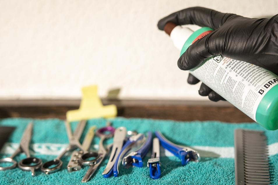 Nach jedem Kunden werden die Werkzeuge der Friseure desinfiziert. Eine der Auflagen zum Neustart.