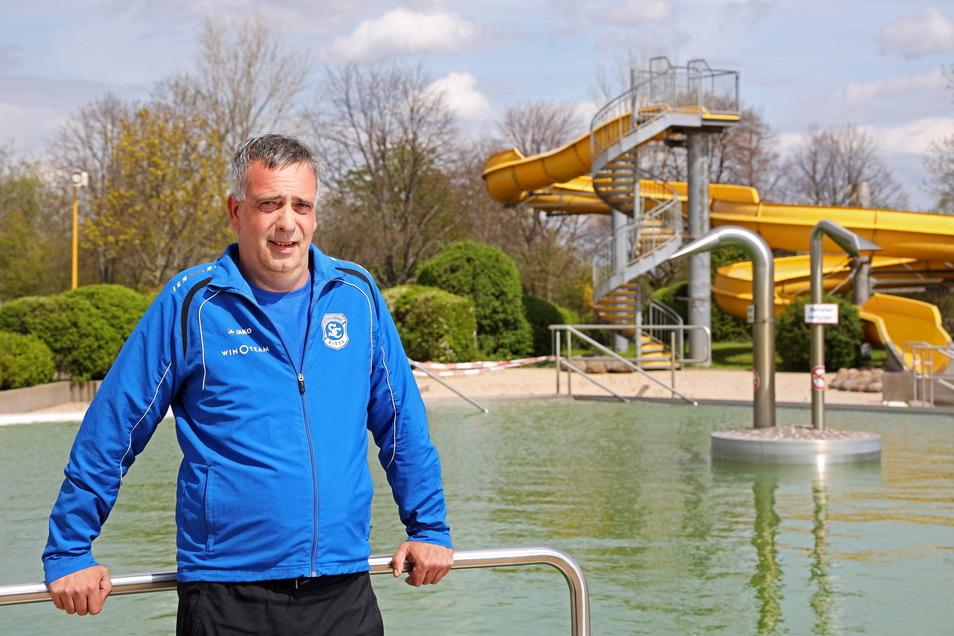 """Peter Günzel ist hauptamtlicher Schwimmtrainer beim Sportclub Riesa. Ins Wasser des Weidaer Freibads dürfen seine Schützlinge aber derzeit nicht. """"Während der Corona-Pandemie ist ein ganzer Schwimm-Jahrgang weggefallen. Unmöglich, das wieder aufzuholen"""","""