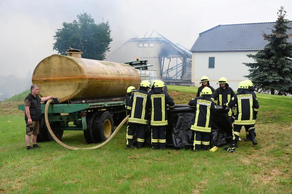 Mehrere Landwirte aus der Gemeinde Großweitzschen kamen den Feuerwehren zu Hilfe und brachten im Pendelverkehr Löschwasser nach Strocken.
