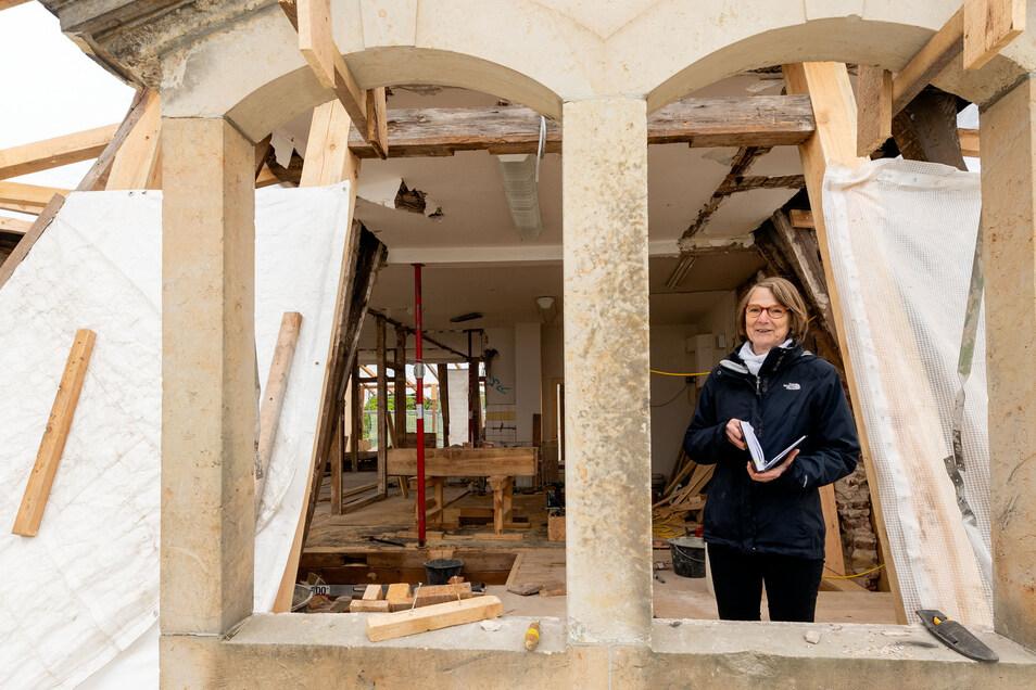 Birgit Balzer aus dem Bauamt der Gemeinde Ottendorf-Okrilla macht sich ein Bild der Arbeiten am Schloss Hermsdorf. Eine Etage über dem Barocksaal kann man derzeit von einer Seite zur anderen durch das Gebäude schauen. Im August sollen die Arbeiten abgesch