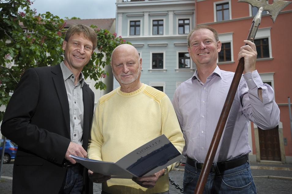 Ein Bild aus schönen Zeiten: Matthias Buchwald (links) 2013 mit seinem Vater Hans-Jürgen und seinem Bruder Gunnar vor dem Haus der Familie am Klosterplatz.